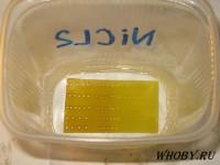 Промываем плату в растворе разбавленной соляной кислоты 30 секунд. Цвет становится немного светлее.