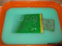 Проявка паяльной маски в растворе силикатного клея