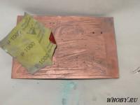 Обработка печатной платы моющим средством и наждачной бумагой