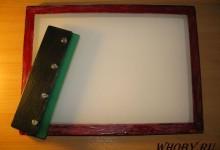 Самодельная рамка с натянутой трафаретной сеткой