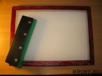Самодельная рамка с натянутой трафаретной сеткой для нанесения паяльной маски.